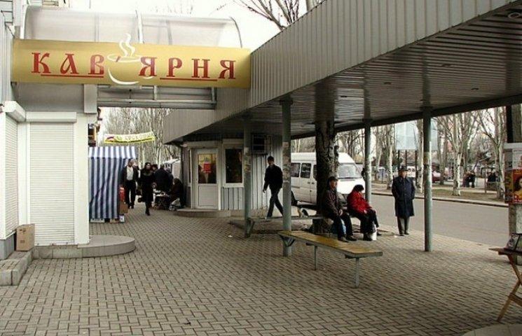 """В адміністрації Заводського району визнали, що боротьба з рекламою """"на стовпах"""" не дає результатів"""
