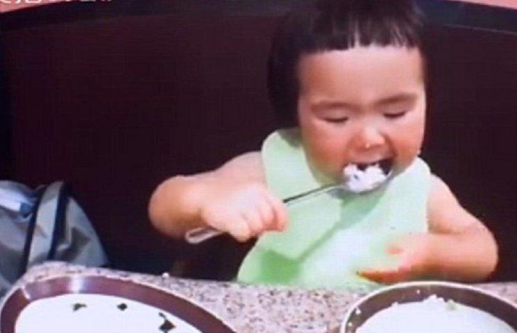 Маленькая китаянка с хорошим аппетитом и огромной ложкой взорвала сеть