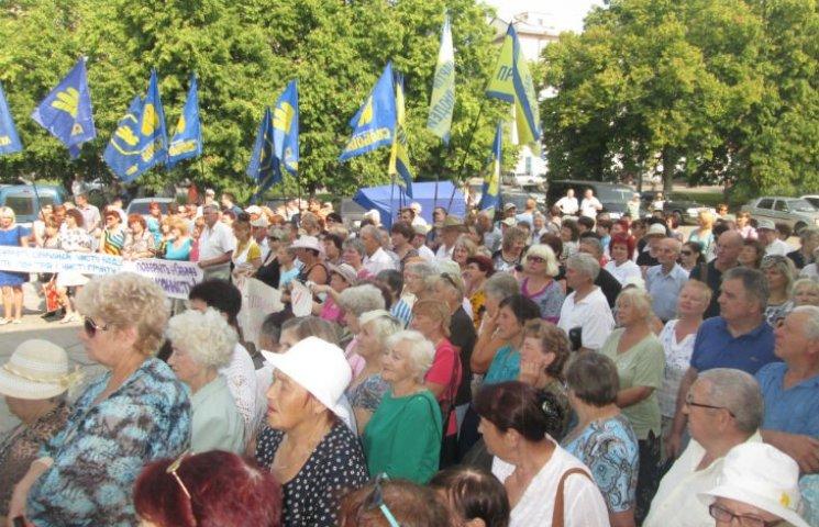 Під Полтавською облрадою мітингують проти тарифів, свинокомплексу і Укравтодору