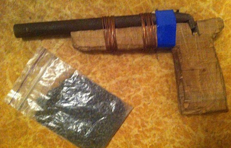 На Полтавщині чоловік погрожував дружині саморобною зброєю з дерев