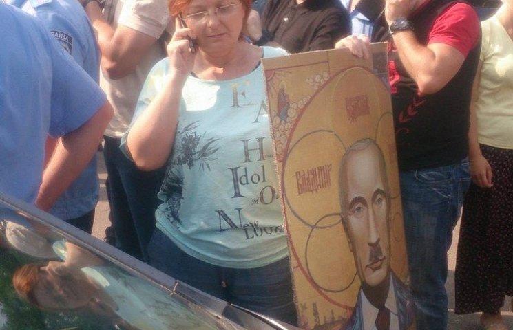 """""""Гундяєвці"""" порвали ікону Путіна з вусиками Гітлера"""