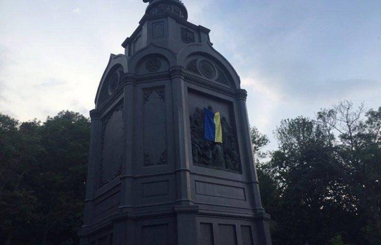 """Активісти хочуть змусити """"хрестоходів"""" молитися під українським прапором"""