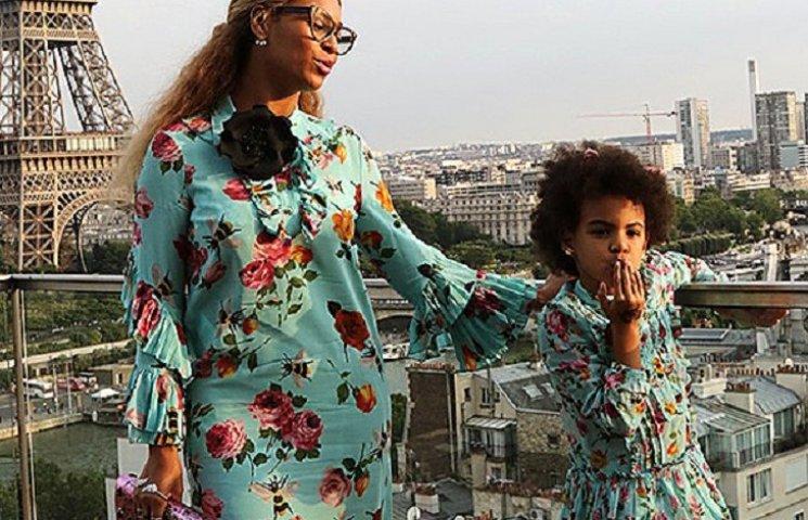 Бейонсе с дочкой в одинаковых платьях сфотографировались в Париже