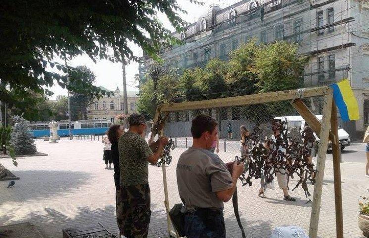 Як в центрі Вінниці плетуть маскувальні сітки для АТО