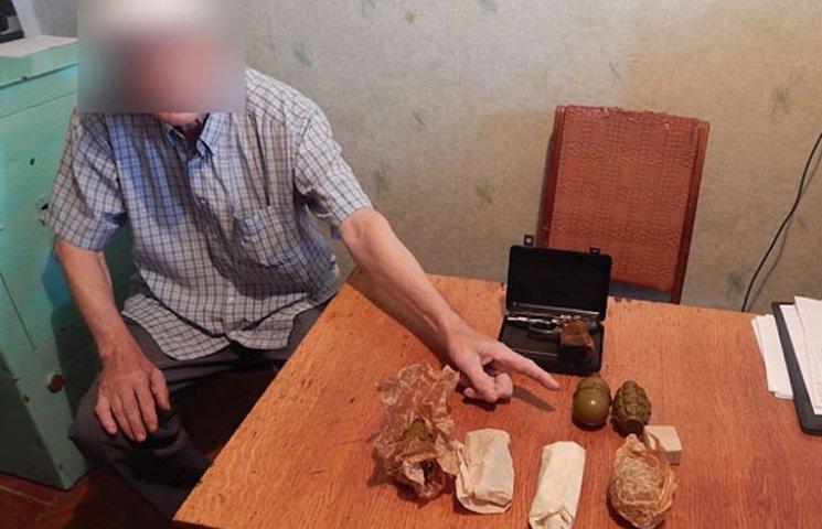 На Полтавщині чоловік знайшов у своєї доньки пакет з гранатами