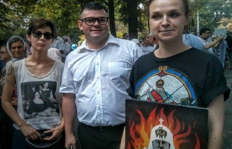 """На """"гундяєвській ході"""" поліція затримала журналістку з портретом Кирила у пеклі"""