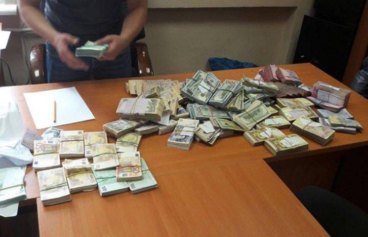 """В Киеве поймали на крупной взятке """"борца с налоговыми преступлениями"""""""