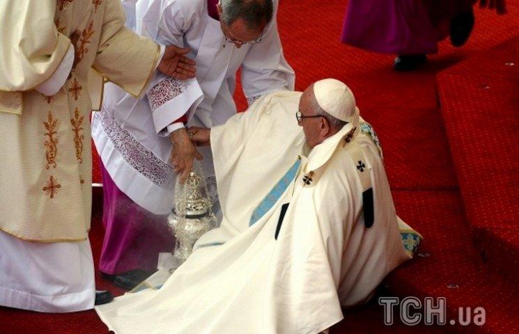 Папа Римский упал посреди праздничной мессы в Польше