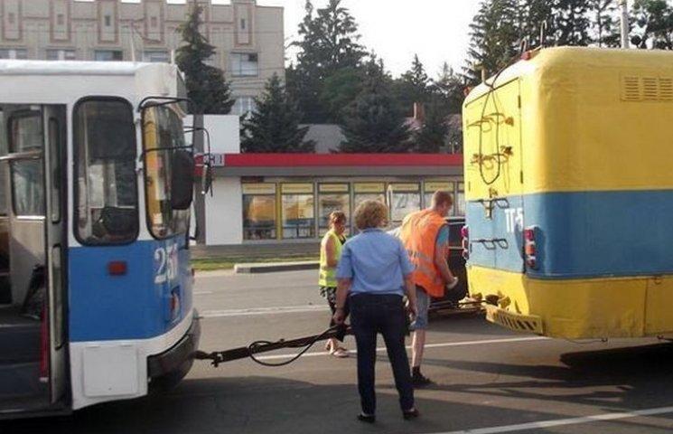 У Вінниці тролейбус-ремонтник розсипається на ходу