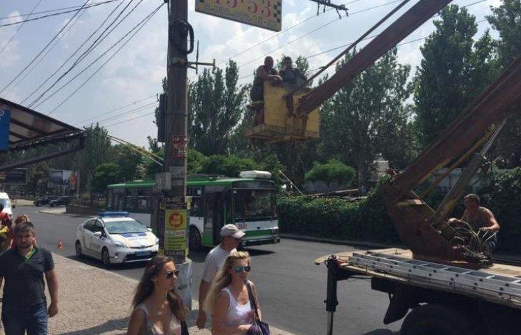У Миколаєві відчищають від реклами проспект Центральний
