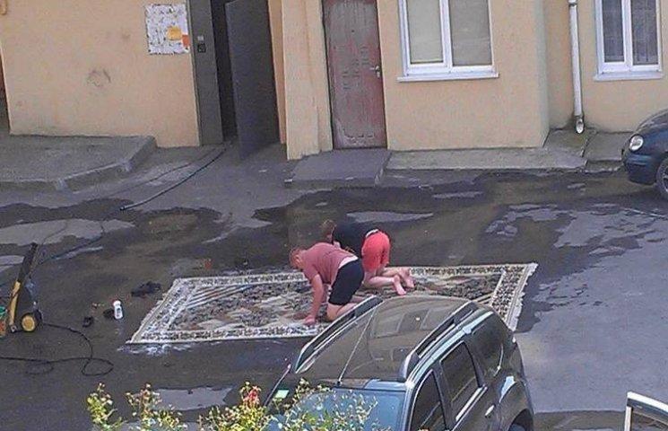 """Хмельничани просто у дворі влаштували """"велике килимове прання"""""""