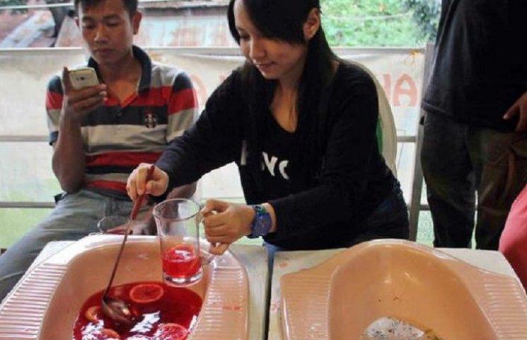 В Индонезии открыли кафе, где кормят из унитазов