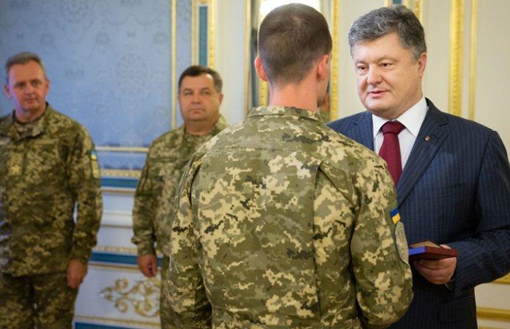 """""""За мужність і героїзм"""": Порошенко вручив високі нагороди спецпризначенцям АТО"""