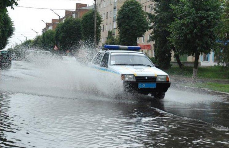 У Староконстянинові після зливи вулиці стали ріками