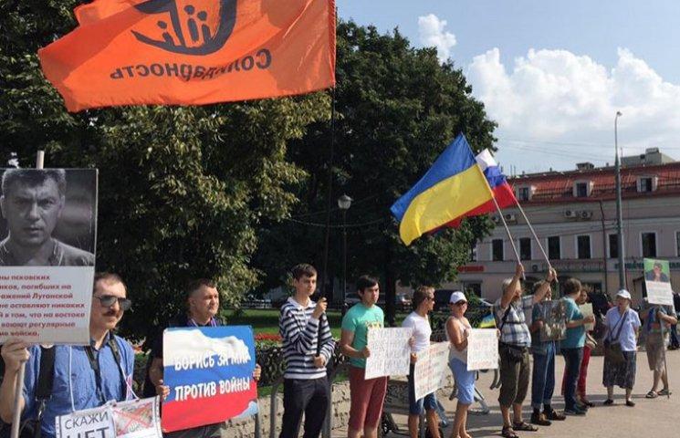 Как российские провокаторы били соотечественников, которые митинговали против войны