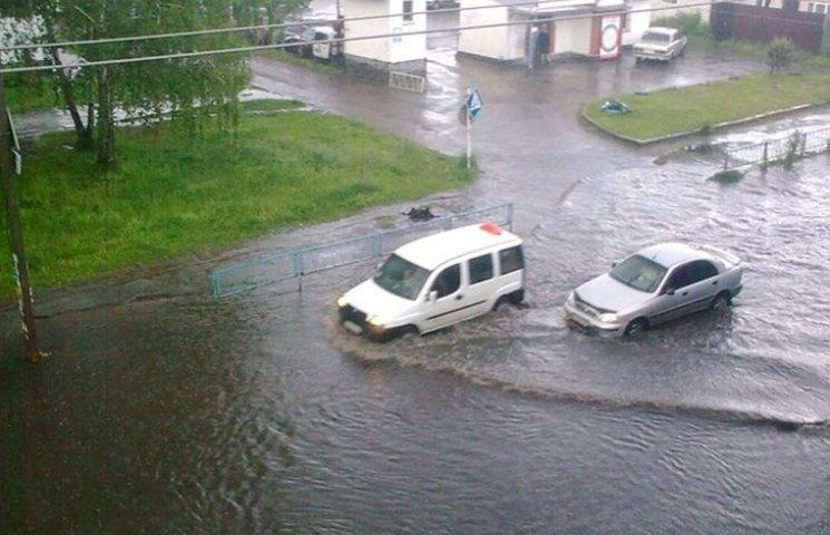 Як затопленим Житомиром плавали автівки і діти