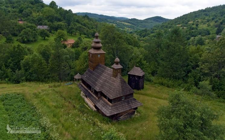 Унікальну дерев'яну церкву Закарпаття показали з незвичайного ракурсу