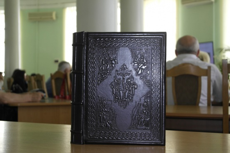 """Вінницькій """"Тімірязєвці"""" подарували унікальне факсиміле Євангелія, якому понад 600 років"""