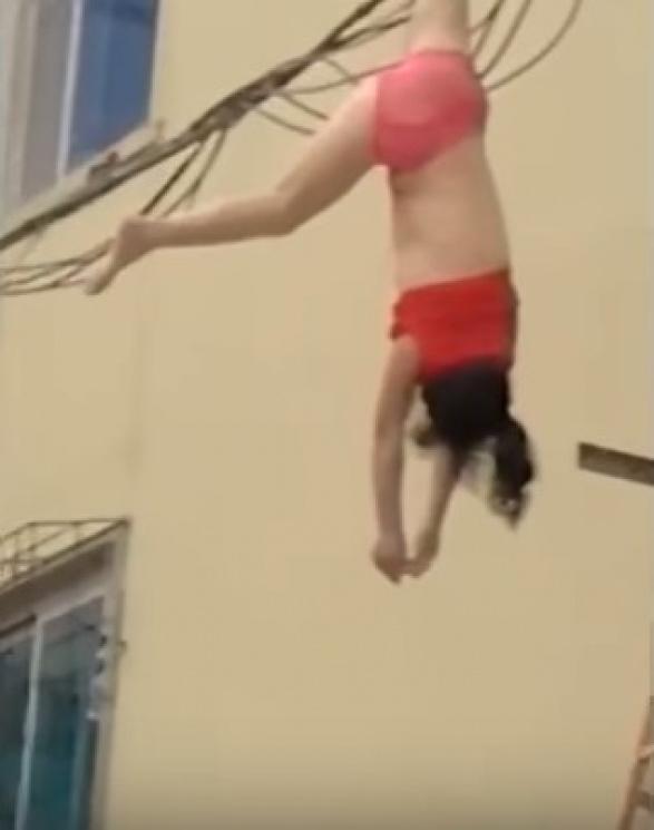 Упс... Жіінка повисла на електричних проводах, рятуючись від дружини свого коханця (відео)