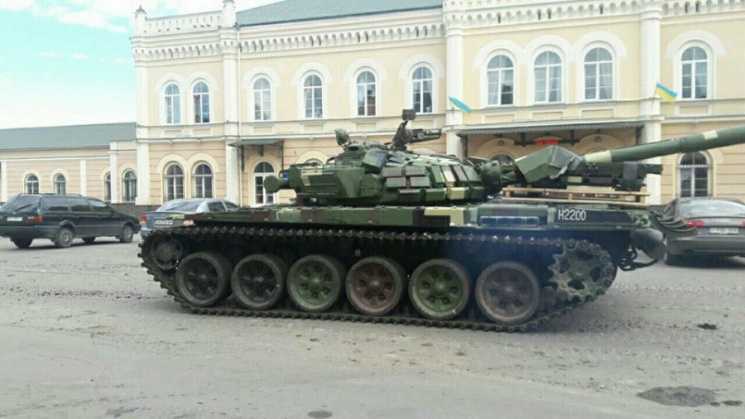 Прикарпатським містом проїхався танк. Дорога не витримала