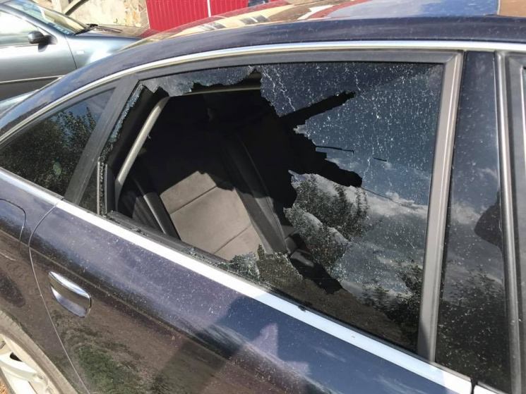 Ужгородському журналісту, власкору «Нового каналу» Віталію Глаголі каменем розбили вікно в автомобілі