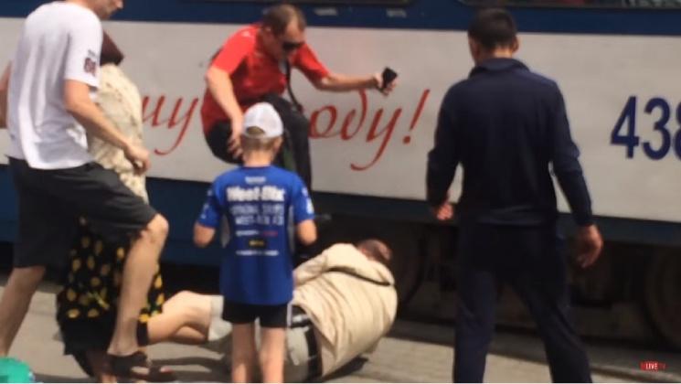 ВЗапорожье наостановке мужчина отрыл стрельбу, есть пострадавшие