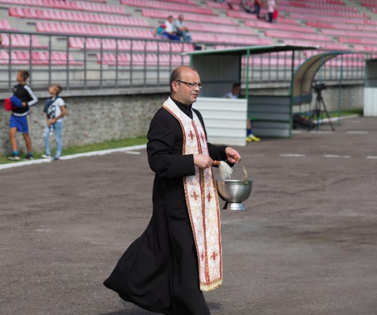 Як священик кропив українських футболістів свяченою водою перед матчем