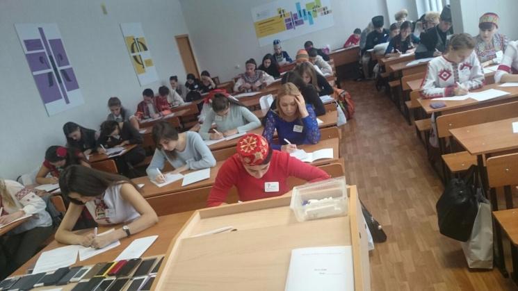 Українська в кокошнику: Як окупанти Криму возять дітей на мовні олімпіади у сталінському дусі