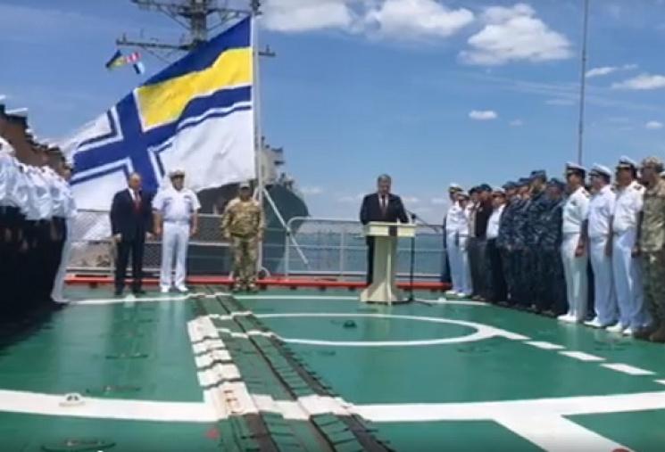 Порошенко наборту аварийного флагмана ВМСУ пообещал вступление Украины вНАТО