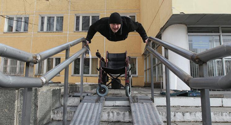 Київ суворий: Як мешканці будинків вимушені користуватися пандусами-руїнами