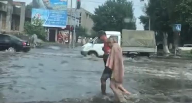 """З'явилося відео наслідків бердянської негоди: автівки """"плавають"""""""