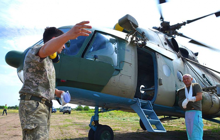 Поранених українських бійців гелікоптером евакуйовують до шпиталю Дніпра