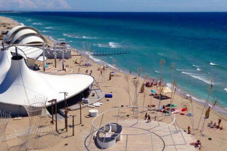 Несезон триває: Користувачі соцмереж шоковані порожніми пляжами Криму