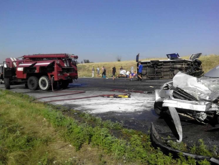 ВЗапорожской области пассажирский автобус столкнулся слегковушкой. Один погибший, девять госпитализированных