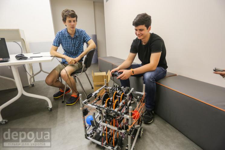 Радісна історія: Як робот і троє українських підлітків збирали кульки у Вашингтоні