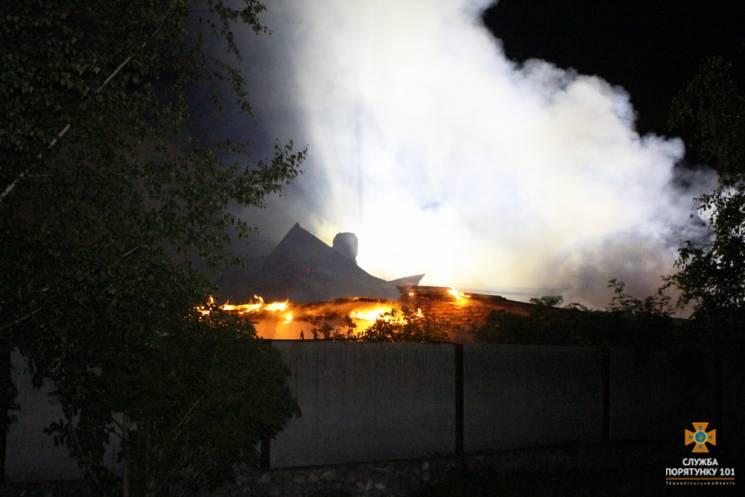 Под Тернополем более 30 огнеборцев тушил…