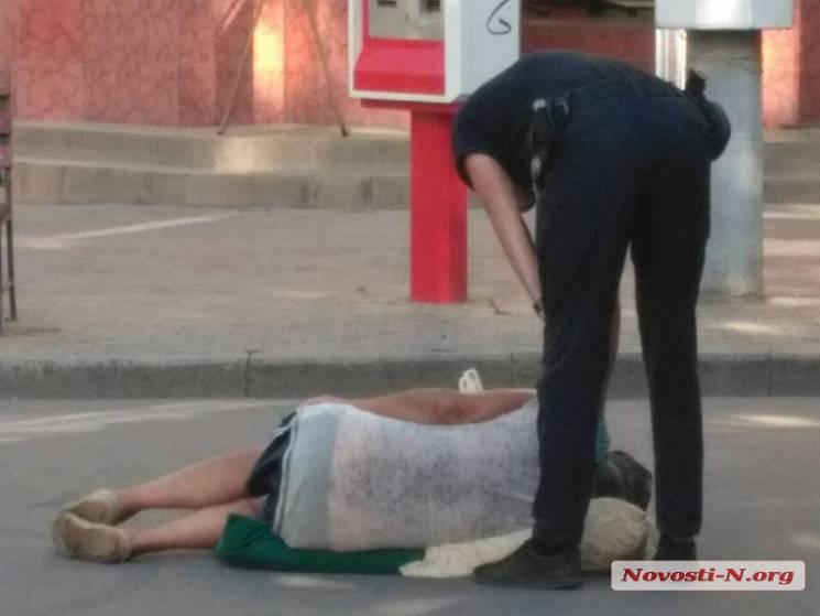 У Миколаєві чоловік спав посеред міста: Його розбудили патрульні (ВІДЕО)