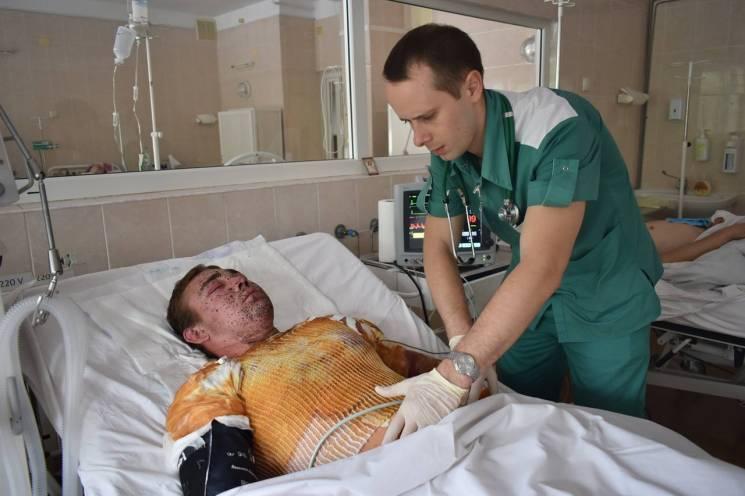 У Дніпрі лікарі рятують посіченого вибухом міни бійця (ФОТО)