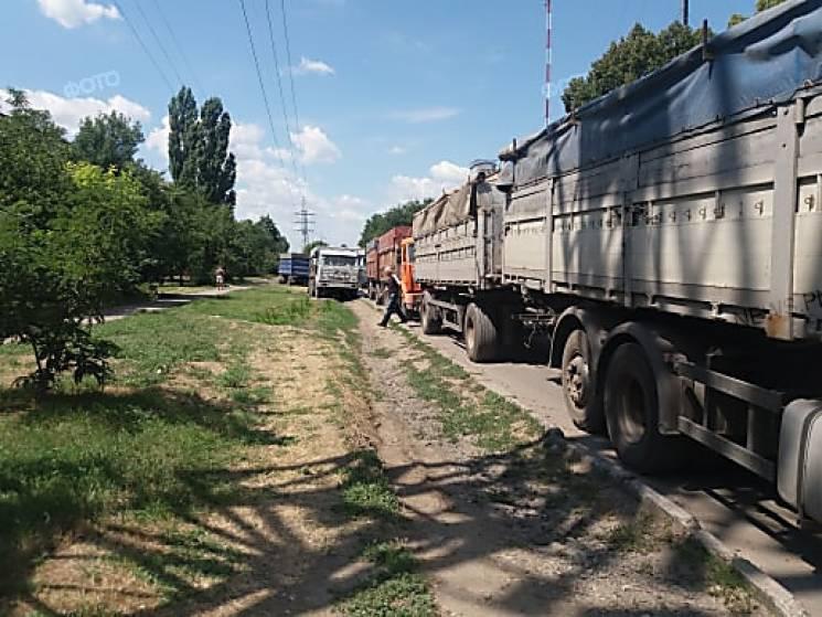 У Миколаєві зерновози заблокували вулицю Авангардну (ФОТО)