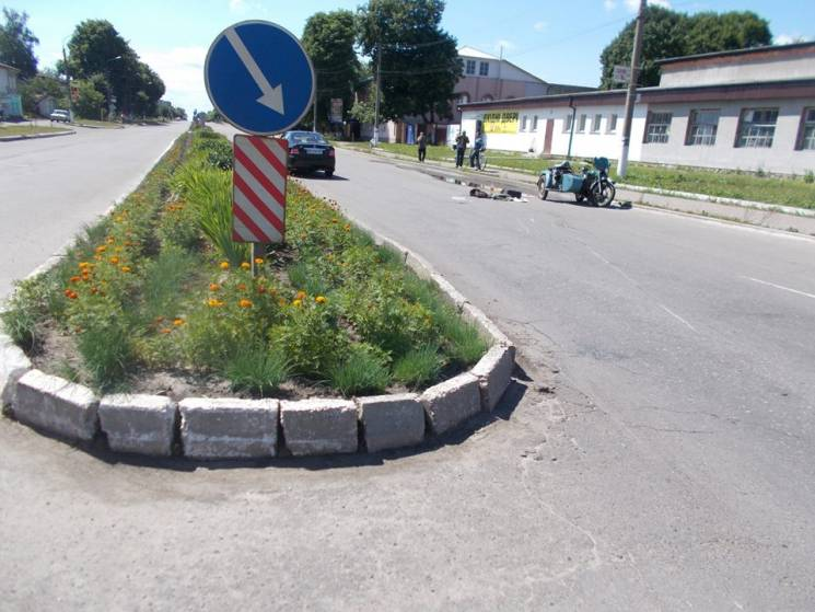 На Сумщині зіткнулись легковик та мотоцикл, є постраждалі (ФОТО)