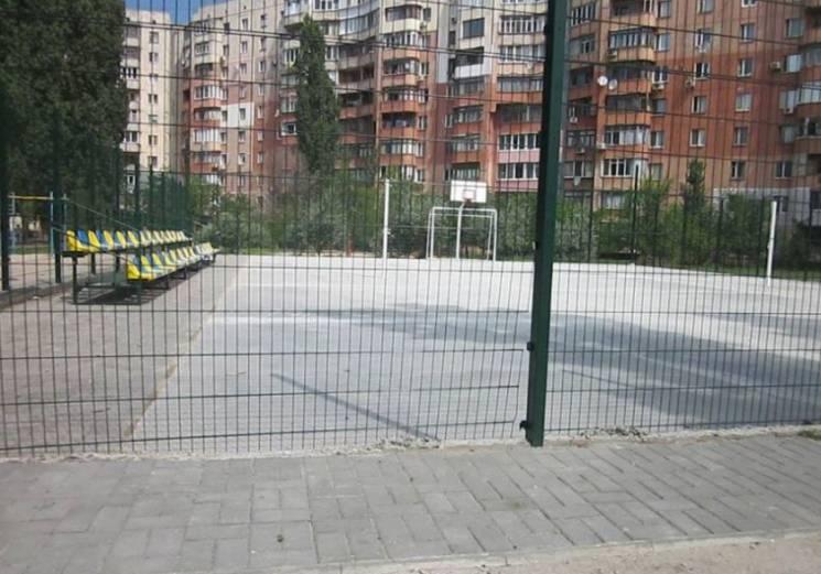 У Миколаєві побудували сучасний спортмайданчик і зачинили його від дітей (ФОТО)