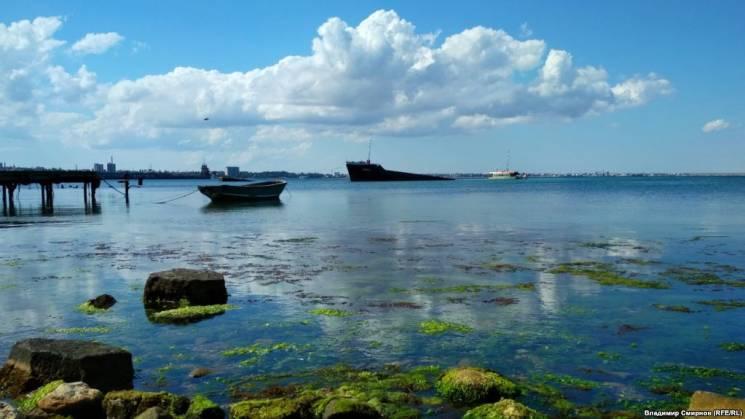 У бухті окупованої Феодосії іржавіє напівзатоплений суховантаж BERG (ФОТО)