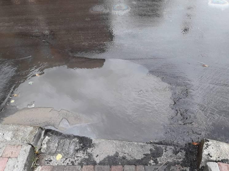 На Чорновола у Кропивницькому через ливнівку утворилася калюжа
