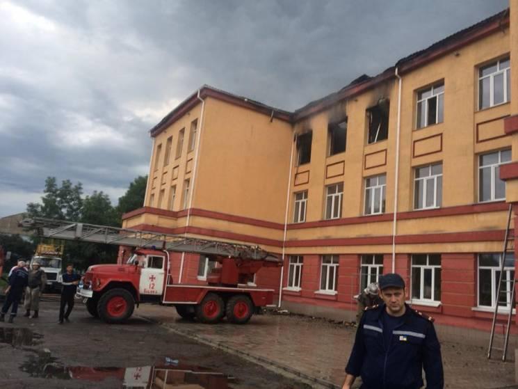 Від удару блискавки на Одещині сталася пожежа у школі (ФОТО)
