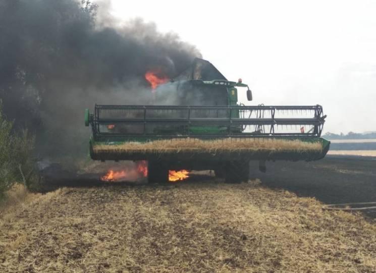 На Дніпропетровщині у полі загорівся комбайн (ФОТО)