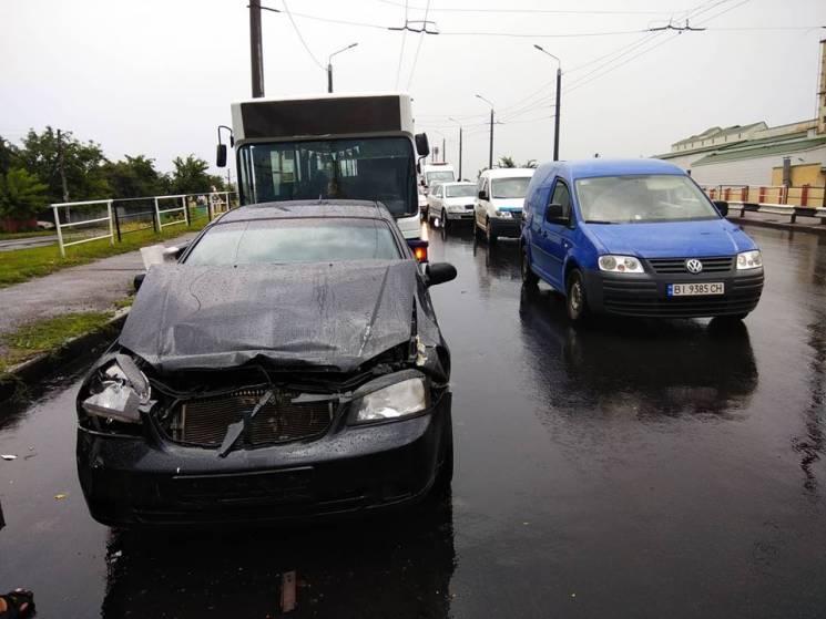 У Полтаві на Маршала Бірюзова сталася потрійна ДТП, рух транспорту ускладнено (ФОТО)