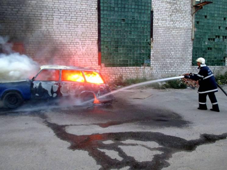 У Кременчуці через коротке замикання спалахнув автомобіль (ФОТО, ВІДЕО)