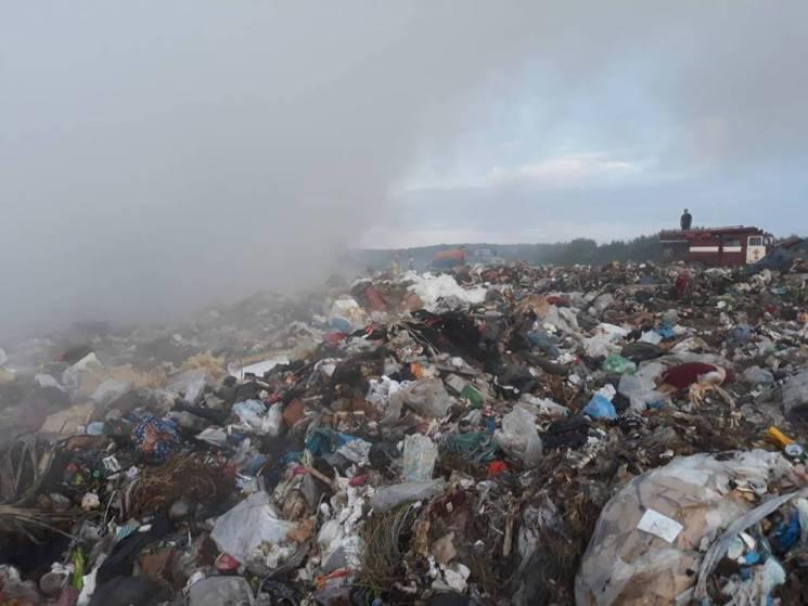 У Мукачеві рятувальники гасили пожежу на сміттєзвалищі (ФОТО)