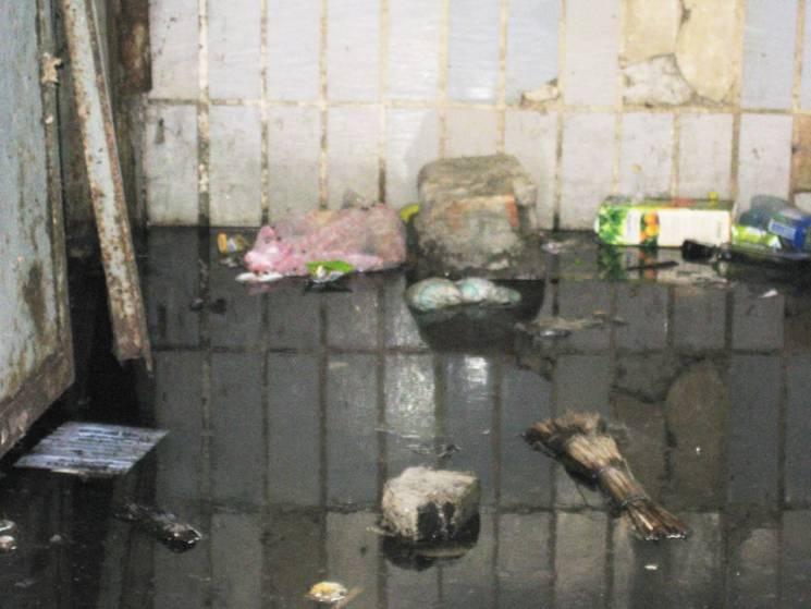 На Запоріжжі бомбосховище потонуло в каналізаційних стоках, - соцмережі (ФОТО)