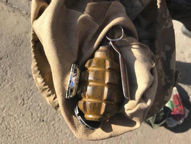 На вулиці у Дніпрі поліцейські затримали чоловіка з гранатою